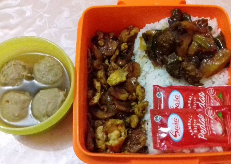 Telur orak arik sosis + ati ampela kentang goreng tumis cabai hijau kecap + bakso daging kuah