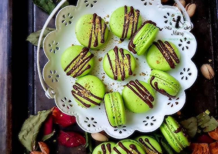 Pistachio French macaron