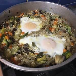 Revuelto de zapallitos, berenjenas, zanahorias con mucha cebolla y huevos estrellados