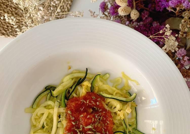 Noodles de calabacín con salsa de tomate casera de caserío
