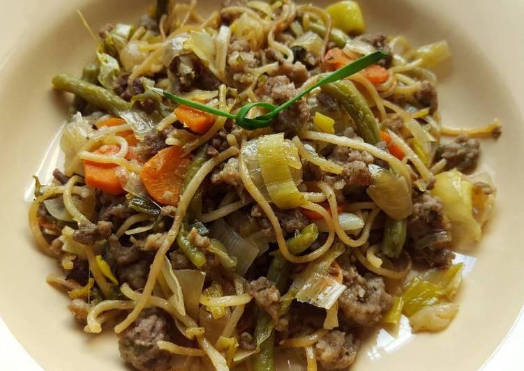 Nouilles sautées à la viande hachée et aux légumes