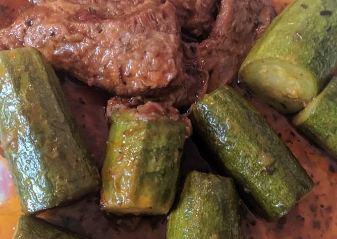 κύρια φωτογραφία συνταγής Μοσχάρι με κολοκυθάκια στη χύτρα (λουκουμάκι)