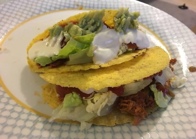 Tuna tacos with homemade guacamole and salsa (easy recipe)