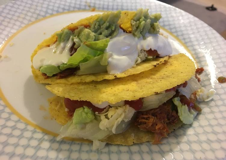 Tuna tacos with homemade guacamole and salsa (easy recipe)