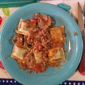 Ravioles caseros de espinacas y queso pategras con salsa boloñesa