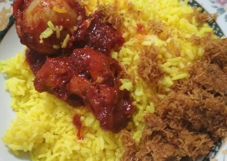 Nasi kuning dan ayam masak habang ala banjarmasin