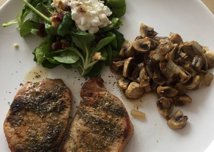 Small steaks with valerian-spinach salad and baked mushrooms