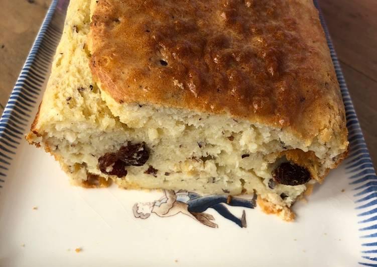 Cake au noisettes, chèvre et raisins
