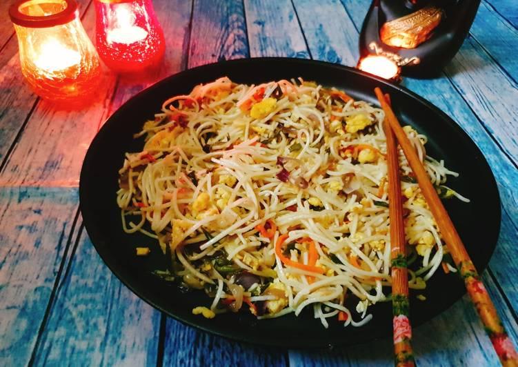 Restaurant style hakka noodles