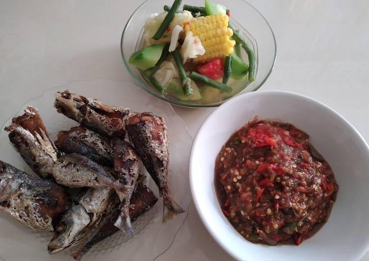 Menu harian : sayur asem, ikan dencis goreng dan sambal belacan