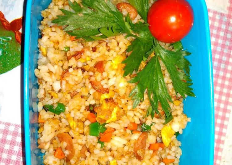 Nasi goreng sosis (bekal si kecil sekolah)