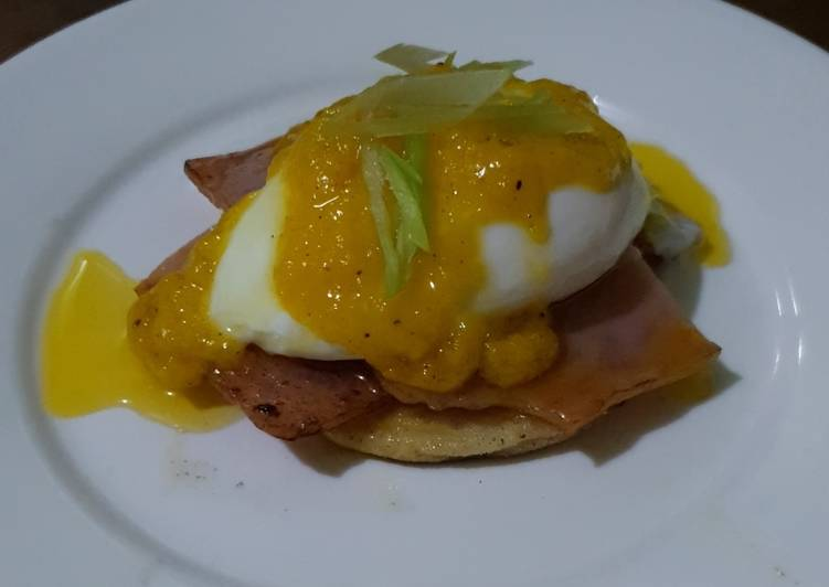 Eggs Benedict w/ Hollandaise Sauce