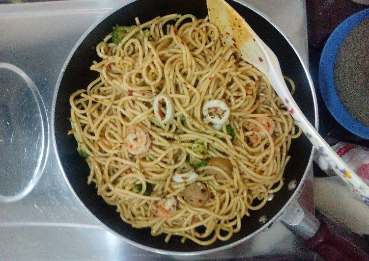 Recipe: Delicious Spicy seafood aglio olio