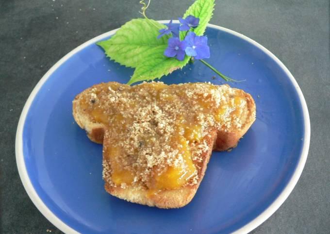 Brioche toastée au pralin et compotée de prunes