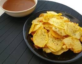 Patatas crujientes con salsa brava