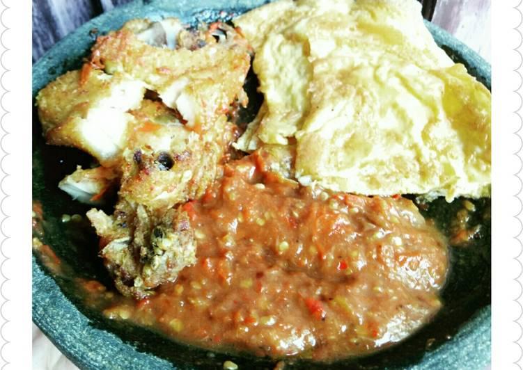 Ayam Penyet, Telur Dadar & Sambel Terasi