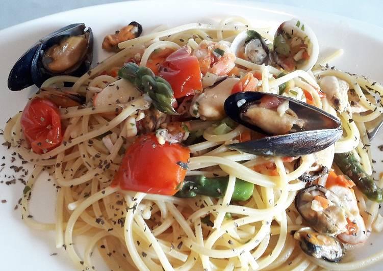 Spaghetti con sugo di pesce e asparagi