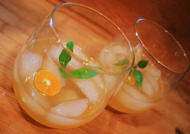 Recipe of Award-winning Thai Basil & Calamansi Vodka Gimlet
