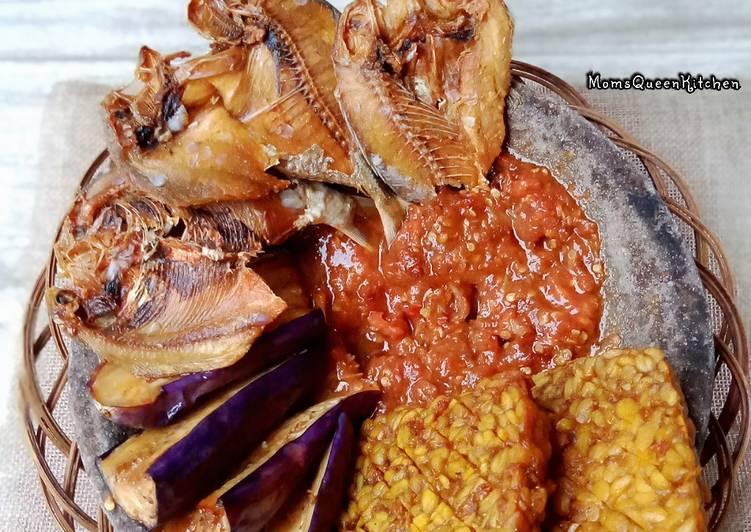 Lalapan sederhana ikan asin sambal terasi