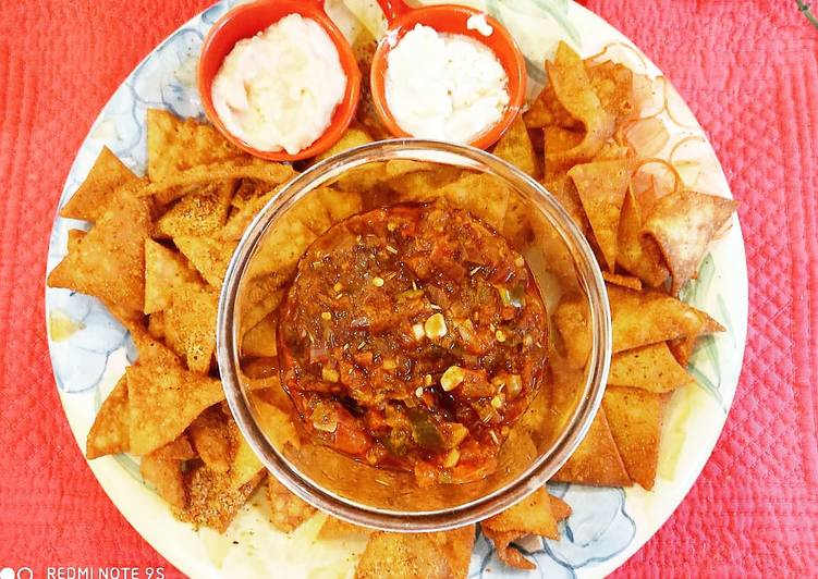 Nachos with salsa and dips