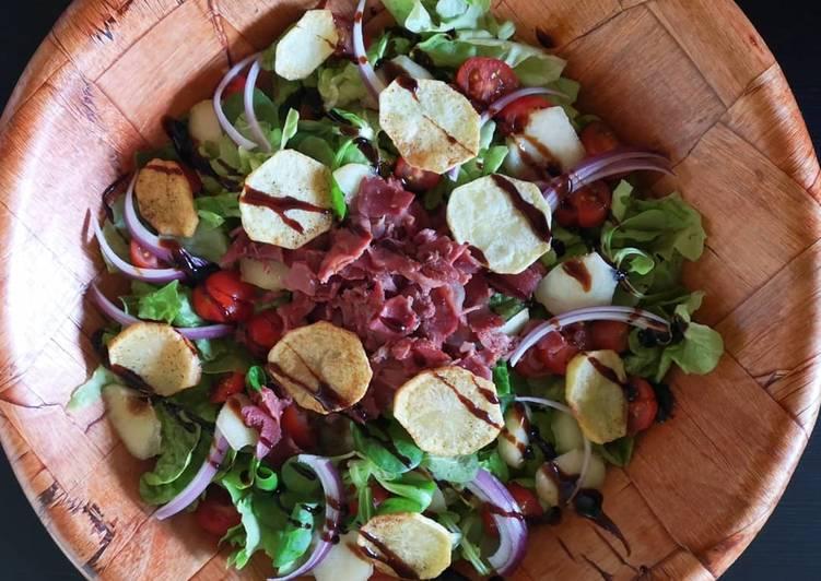 Salade de gésiers, pomme-frites et lamelles de pêche