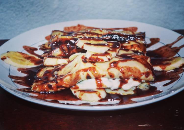 Crepas rellenas de banana y queso mascarpone y salsa de chocolate