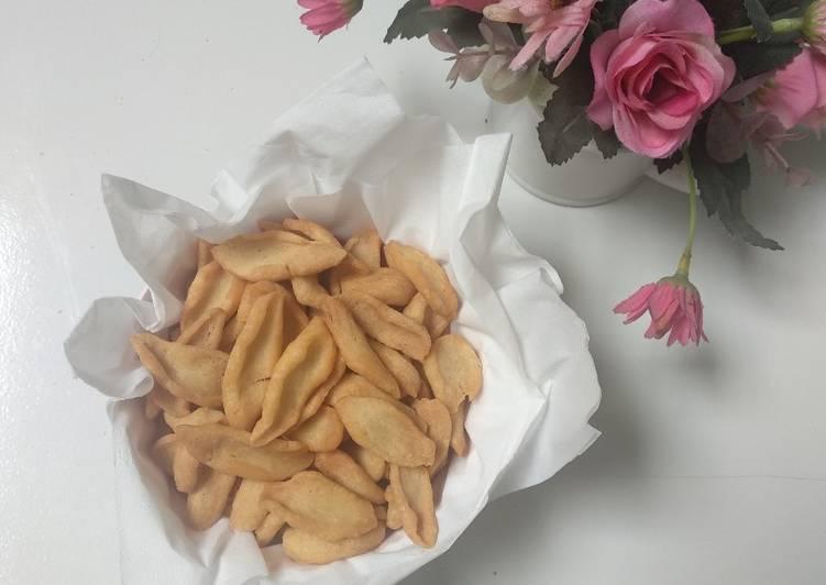 Biji Ketapang asin, kue bawang, tik tuk asin - cookandrecipe.com