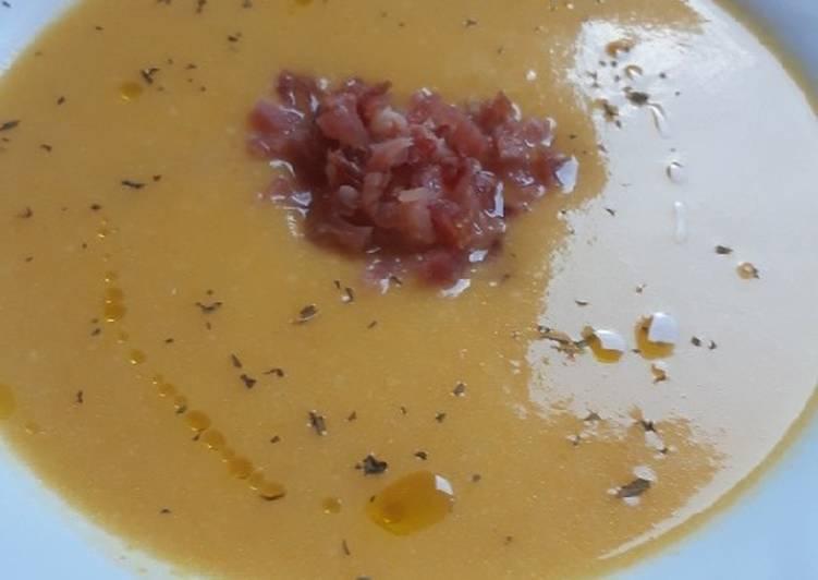 Crema de verduras con aroma de hierbabuena y virutas de jamón