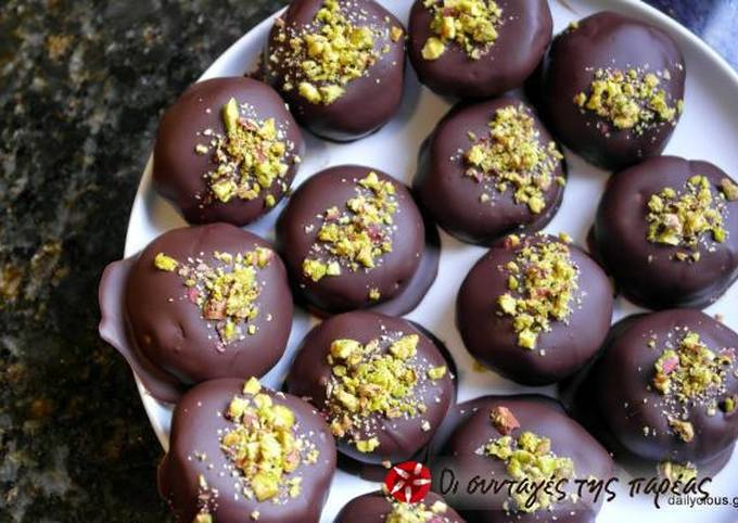 Kourabiedes with chocolate cover