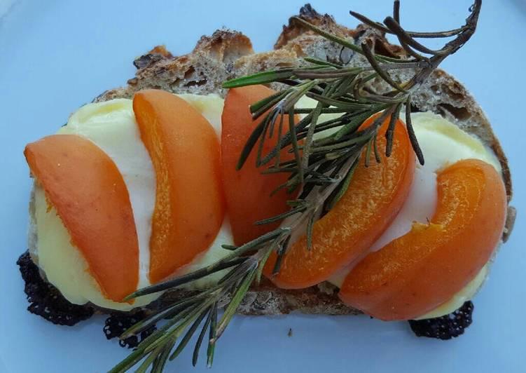 Tartine abricot/tomme de vache et romarin