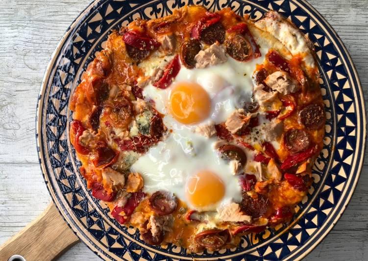 Pizza rápida de atún, chorizo y huevo