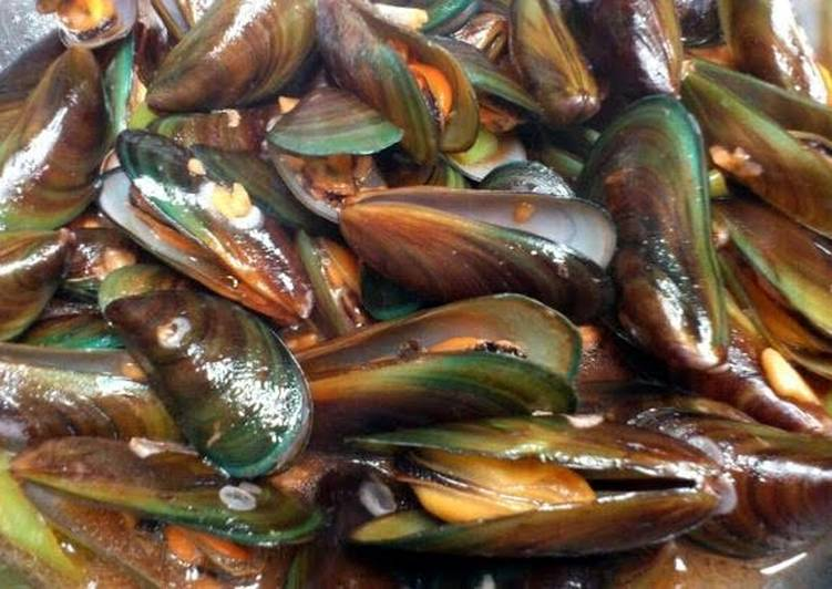 Recipe of Any-night-of-the-week chili garlic mussels