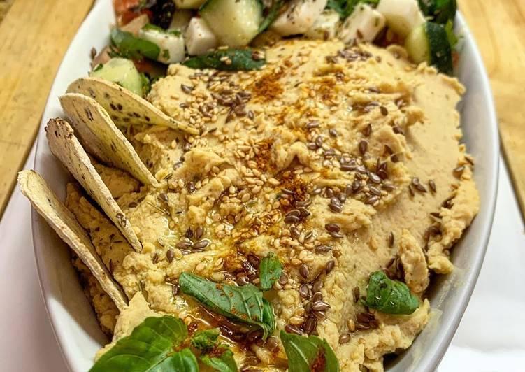 Hummus clásico con acompañamiento griego