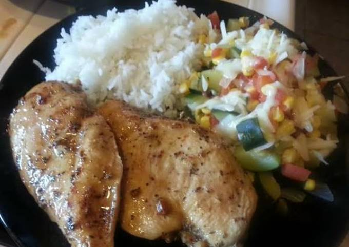 Grilled chicken with calabasitas and white rice