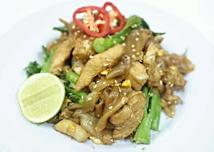 Simple Way to Prepare Favorite Pad See Ew / Stir Fried Wide Rice Noodles with Chicken