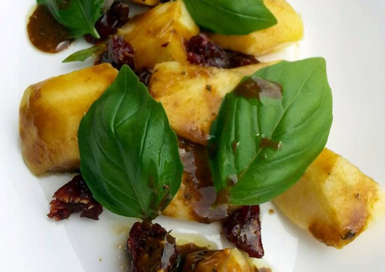 How to Make Appetizing Apple And Basil Salad With Caramelised Balsamic Vinaigrette