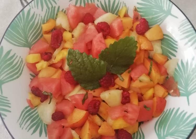 Salade de fruits d'été à la mélisse citronnelle