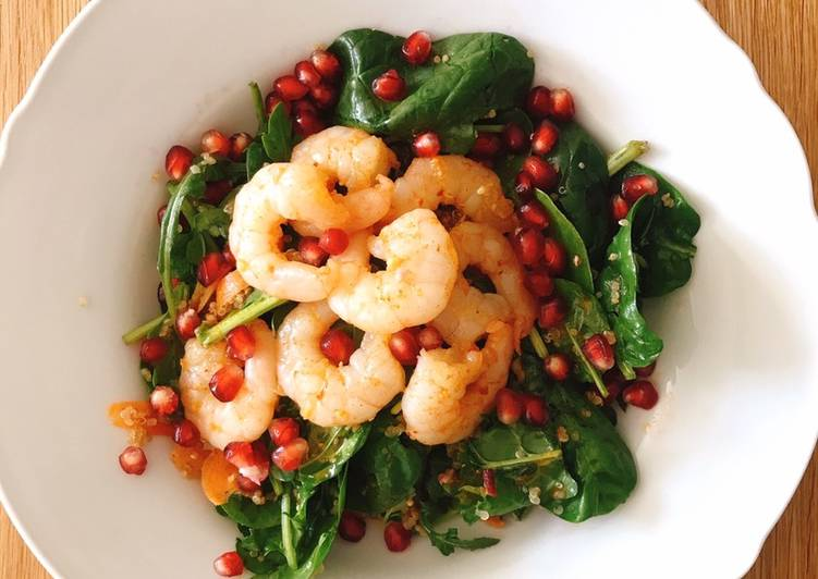 Spinach and quinoa salad with garlic and chilli prawns