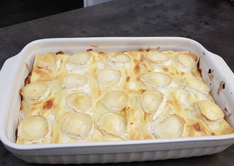 Lasagnes au saumon, poireaux, fromage de chèvre et allumettes