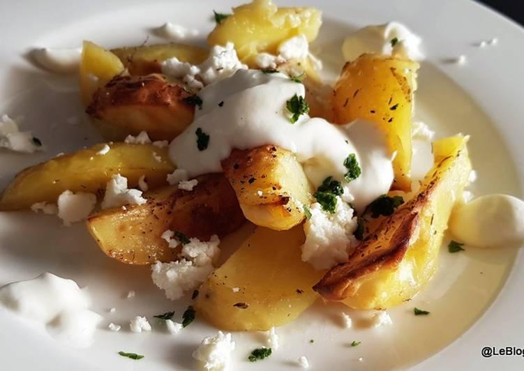 Pommes de terre au four avec feta et de la crème aigre