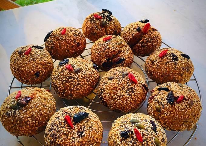 Panini di segale con semi oleosi e bacche di goji