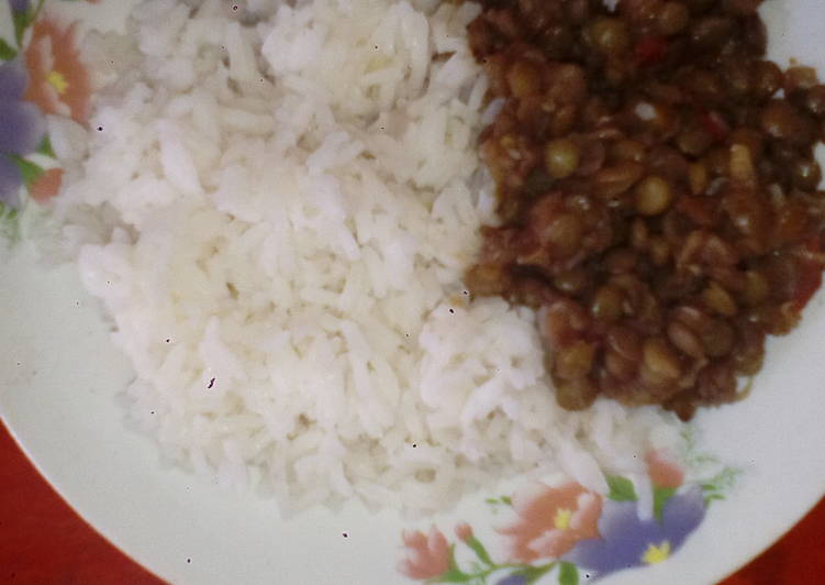 Boiled rice with green lentils