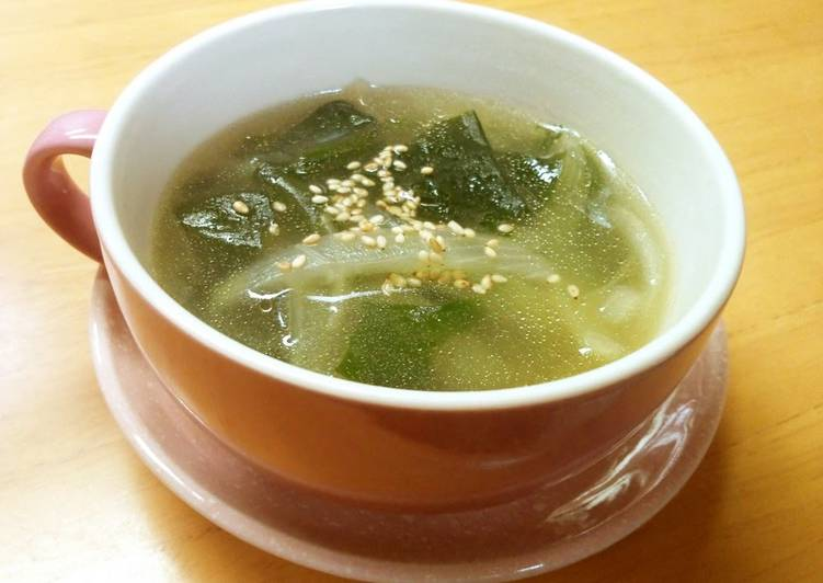 Chinese Style Soup with Wakame Seaweed and Onion
