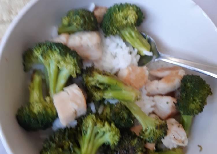 Pollo con brócoli al vapor y arroz