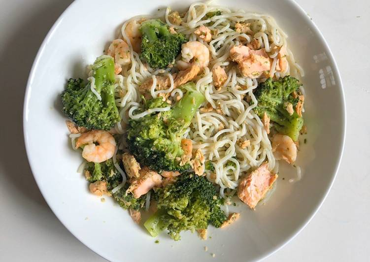 Simple Way to Make 10-minute Pesto, Broccoli & Salmon Noodles Favorite