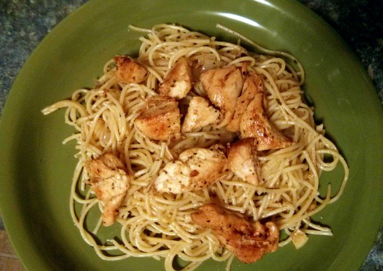 Spaghetti with olive oil, shallots and garlic with grilled chicken