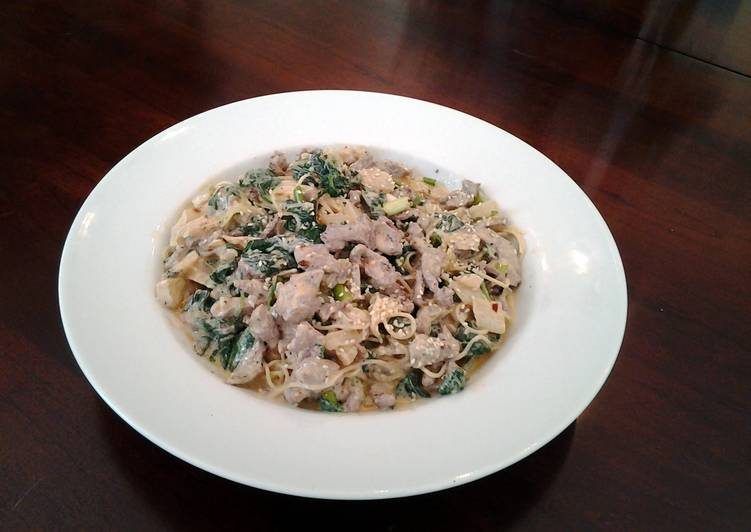 Learn How To beef noodles with spinach and coconut/curry vinaigrette