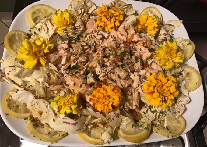 Salade castelfranco au saumon citron confit et fleurs comestibles sauce balsamique