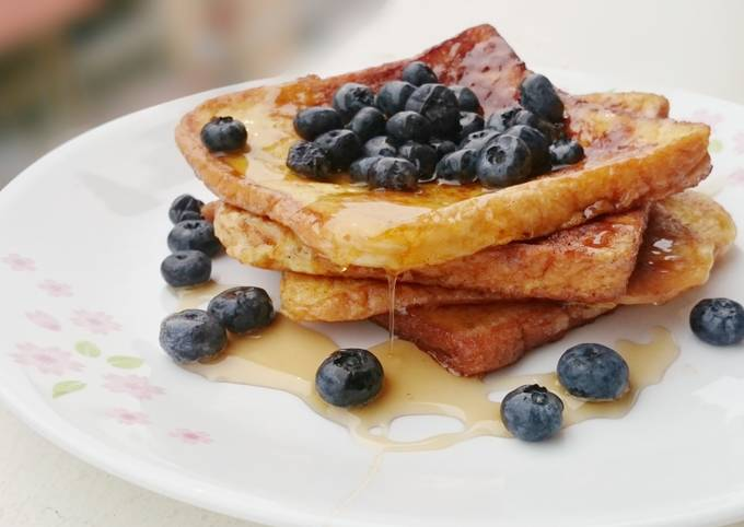 French Toast With Maple Syrup And Blueberries