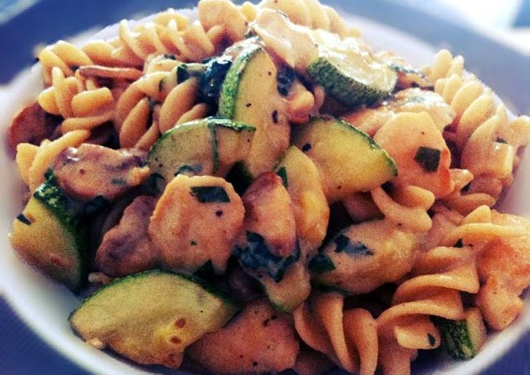 Fusilli pasta with chicken, mushroom and zucchini